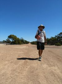 20130319_01_Matt walking 25km east of ceduna_267x200